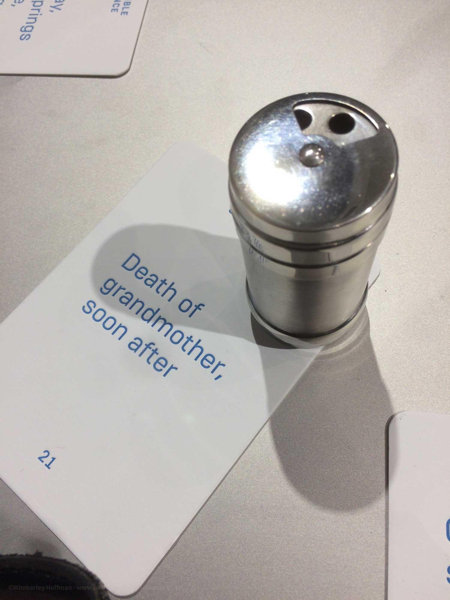 """Dieses Foto zeigt einen Ausschnitt der Duftausstellung auf der Frankfurter Buchmesse. Es ist eine Gewürzdose neben einer beschrifteten Karte. Auf der Karte steht """"Death of grandmother, soon after"""" zu deutsch: """"Tod der Großmutter, kurz danach"""""""